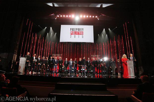 Zwyci�zcy i nominowani na scenie podczas gali Paszporty Polityki 2015 .