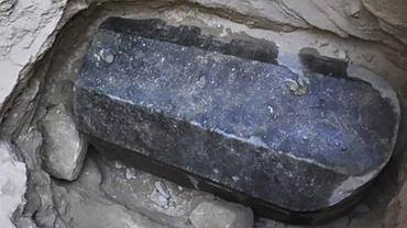 Nietknięty czarny sarkofag sprzed 2000 lat, znaleziony w Aleksandrii