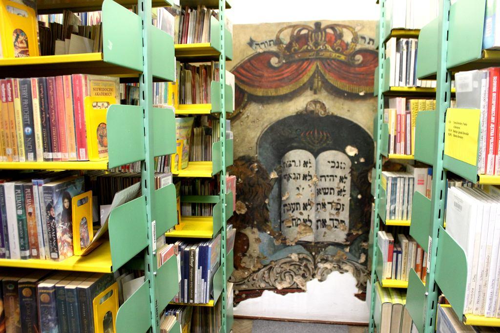 Malowidło z tablicami Przymierza w piotrkowskiej bibliotece (fot. Bartosz Józefiak)