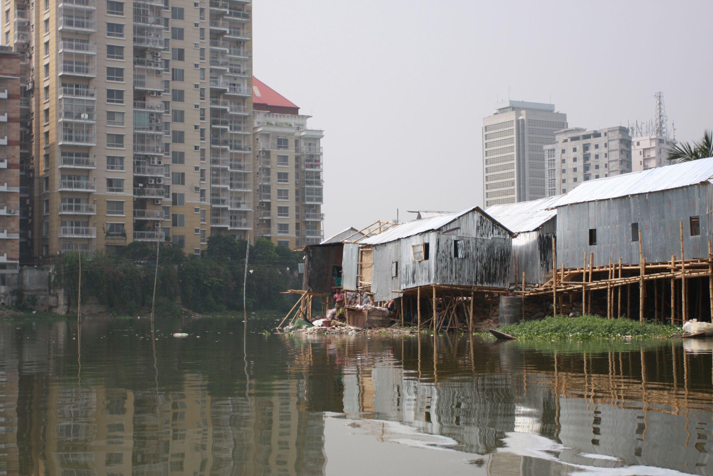 Dobre dzielnice płynnie przechodzą w slumsy. Na zdjęciu: Korail Bosti, tzw. Wyspa. Tu mieszkają szwaczki (fot. Marek Rabij)