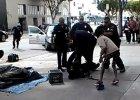 """Policjanci zastrzelili bezdomnego na ulicy Los Angeles. Mia� bro�? """"Mogli go obezw�adni�"""" [WIDEO]"""