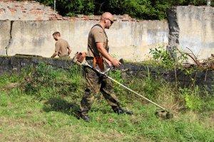 Niemieccy żołnierze sprzątali polskie cmentarze