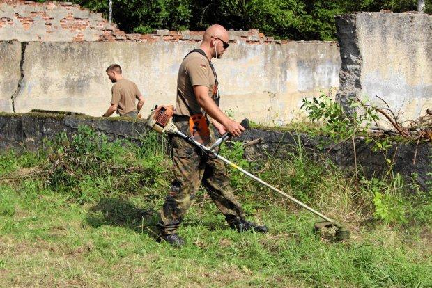 Niemieccy �o�nierze sprz�tali polskie cmentarze