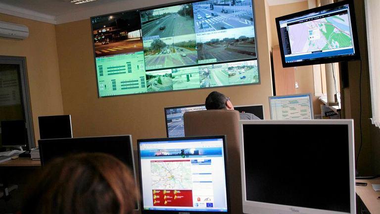 Centrum Zarządzania Ruchem. Na monitorach można zobaczyć ruch na warszawskich skrzyżowaniach
