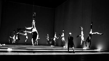 Scena z premierowego spektaklu 'Sportstück' na podstawie tekstu Elfriede Jelinek w reż. Einara Schleefa. Burgtheater w Wiedniu, styczeń 1998