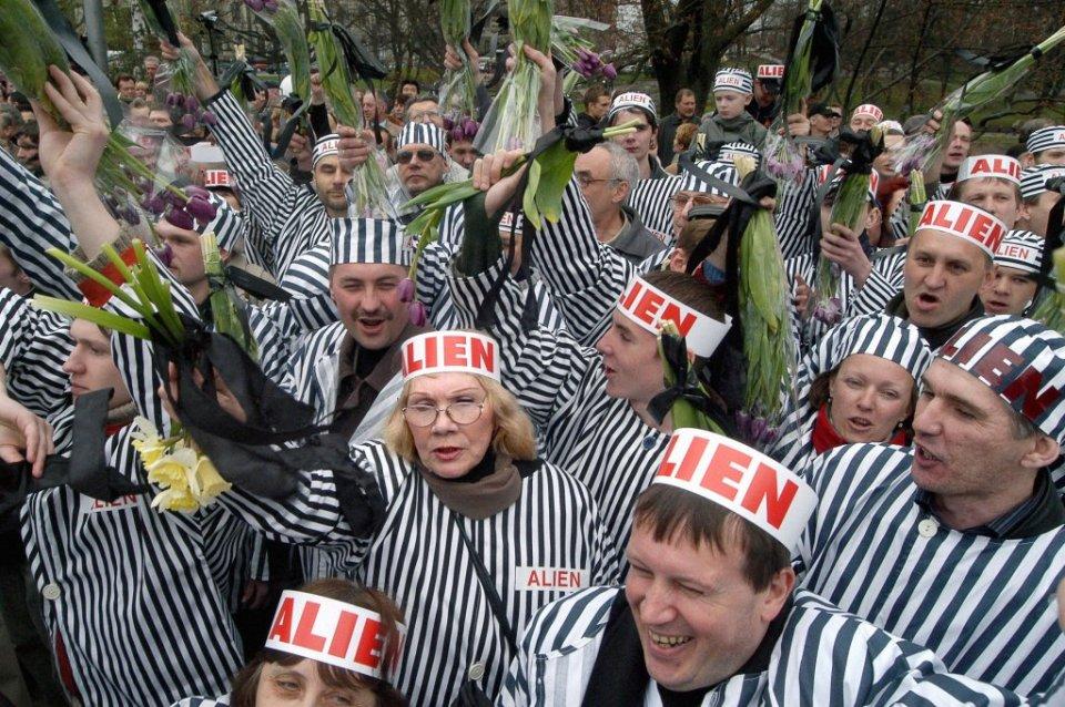 Obrońcy rosyjskojęzycznych szkół protestują w 15. rocznicę odzyskania przez Łotwę niepodległości. Ryga, 2005 r.