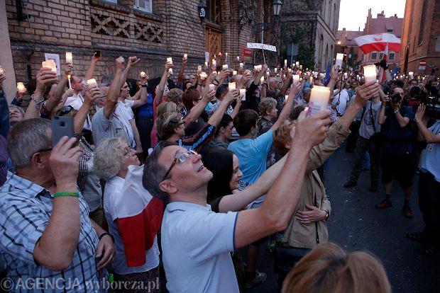 """""""Łańcuch światła"""" w Toruniu. Szósty dzień protestu [ZDJĘCIA]"""