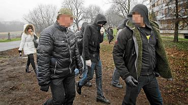 Grudzień 2015 r. Policjanci prowadzą Adama Z. podczas wizji lokalnej nad Wartą. W tle prokurator Magdalena Jarecka