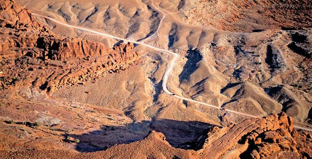Podróże: samochodem przez Dziki Zachód, samochody, ameryka północna, podróże, Pustynna droga koło Dead Horse Point