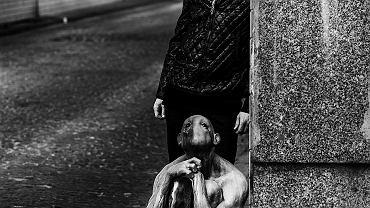 Miejski gołąb w tunelu. - Na górze ludzie biegają od sklepu do sklepu po prezenty, a na dole on, ukryty, zziębnięty, kuca i czeka na święta. Taki miejski gołąb. Bezdomny, uciekinier, może uchodźca. Na zdjęciu również Tomasz Górnicki, autor prac