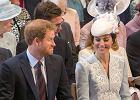 "Ksi�na Kate i ksi��� Harry usiedli obok siebie. ""To kolejny raz, kiedy..."" Mina Williama"