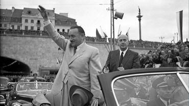 2.07.1949 r. Prezydent Bolesław Bierut i premier Józef Cyrankiewicz pozdrawiają mieszkańców stolicy podczas uroczystości otwarcia Trasy W-Z i Mostu Śląsko - Dąbrowskiego.
