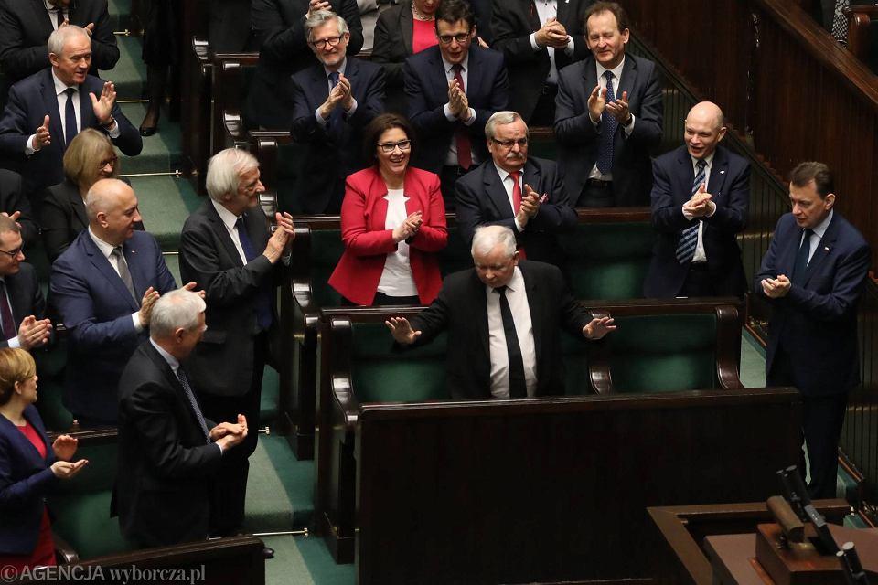Debata nad wotum nieufności dla rządu Beaty Szydło. Sejm odrzucił wniosek Platformy Obywatelskiej. Członkowie partii klaszczą jednak prezesowi, nie premier...
