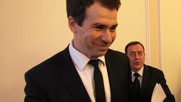 Ernest Bejda, teraz szef CBA, w latach 2006-07 był wiceszefem Biura. Jako prawnik pracował też dla centrali PiS. Na zdjęciu z ministrem koordynatorem służb specjalnych Mariuszem Kamińskim. Sejm, 25 stycznia 2017 r.