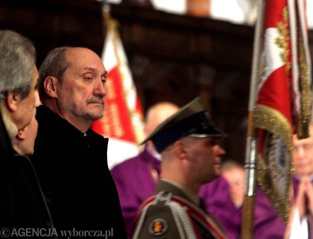Antoni Macierewicz podczas mszy za ofiary katastrofy smole�skiej