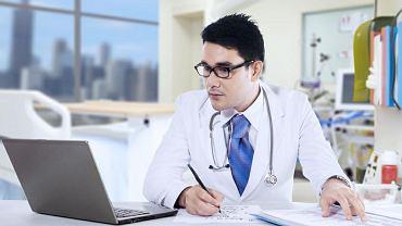 Dodawanie lekarzom papierkowej roboty uderza w chorych, bo mają wtedy mniej czasu dla pacjenta
