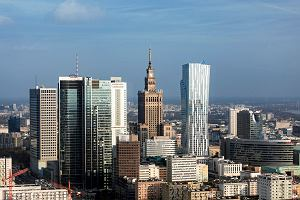 Warszawa stolicą drogich smartfonów i... tanich mieszkań. Jak to możliwe?