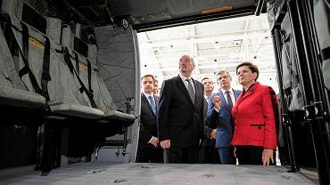 Premier Beata Szydło i Antoni Macierewicz oglądają wnętrze helikoptera Black Hawk podczas wczorajszej wizyty w PZL Mielec