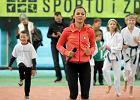 Ania Lewandowska staje na r�kach. Czy to wystarczy, by zach�ci� do �wiczenia na WF-ie?
