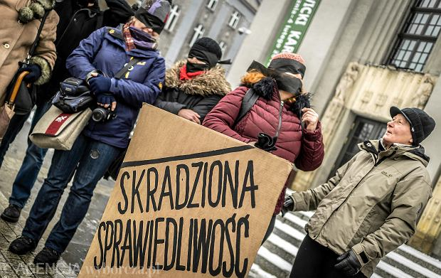 """""""Skradziona sprawiedliwość"""". Milczące protesty w obronie sądów"""