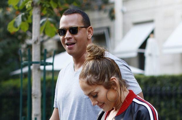 Jennifer Lopez wybrała się na wakacje do Europy. Podczas zwiedzania Paryża zaprezentowała dwie stylizacje - jedna kosztowała 33 tys. złotych, druga tylko trochę mniej.