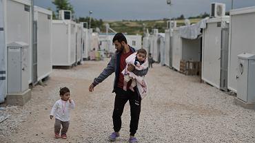 Syryjski uchodźca z Irbilu Barzan Hasan z córkami Gaylan i Lamar w obozie Ritsona 80 km od Aten