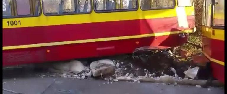 Wypadek przy Piotrkowskiej. Wykolejony tramwaj uderzył w murek