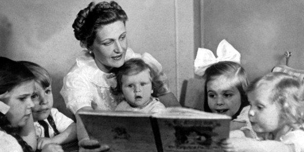 Magda Goebbels czytała dzieciom propagandowe książki opracowywane przez nazistów po to by wpajać dzieciom ideologię Hitlera
