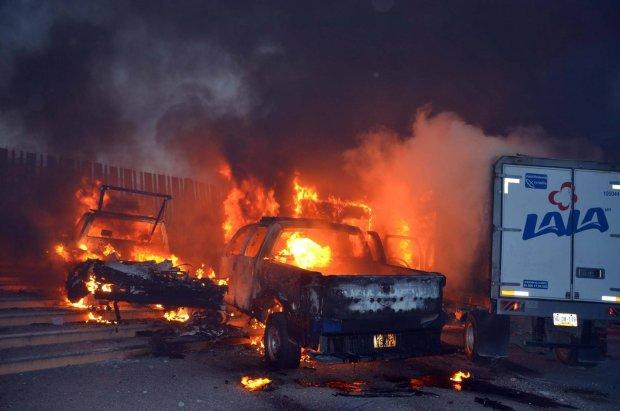 Manifestanci pal� samochody na wie�� o masakrze 43 student�w