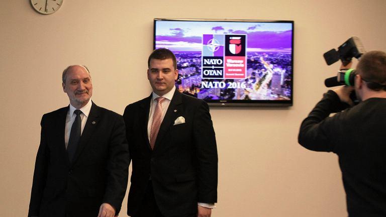 Minister obrony narodowej Antoni Macierewicz i jego rzecznik Bartlomiej Misiewicz (p) podczas briefingu prasowego przed lipcowym Szczytem NATO