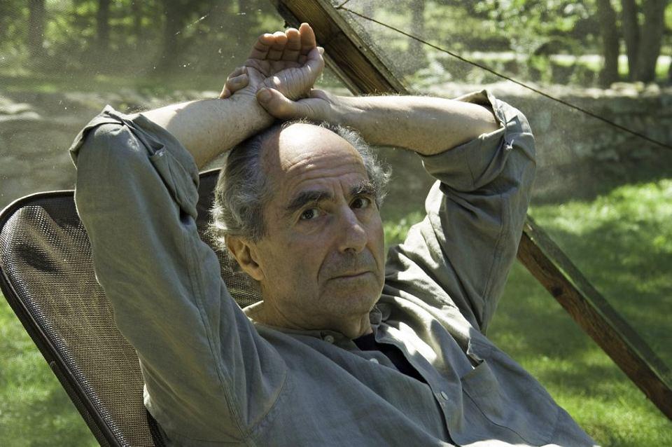 Philip Roth w swoim ogrodzie w Warren w stanie Connecticut, 2005 r.