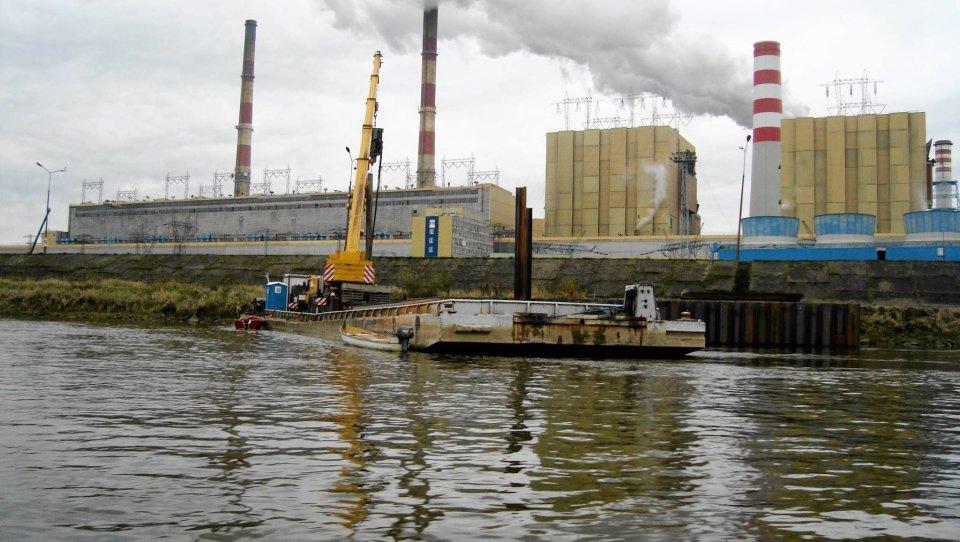 Budowa przegrody na Wiśle na wysokości elektrowni Kozienice w połowie listopada 2015 r.