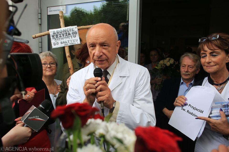 Prof. Bogdan Chazan podczas pikiety jego popleczników - przed szpitalem na ul. Madalińskiego w Warszawie