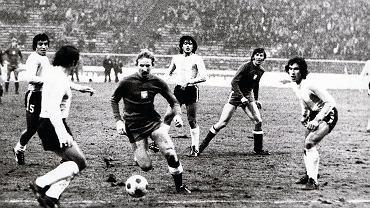 Andrzej Szarmach szarżuje podczas meczu Polska - Argentyna na Stadionie Śląskim w 1976 roku. W tym samym spotkaniu w reprezentacji debiutował Zbigniew Boniek. Argentyna wygrała wtedy 2:1