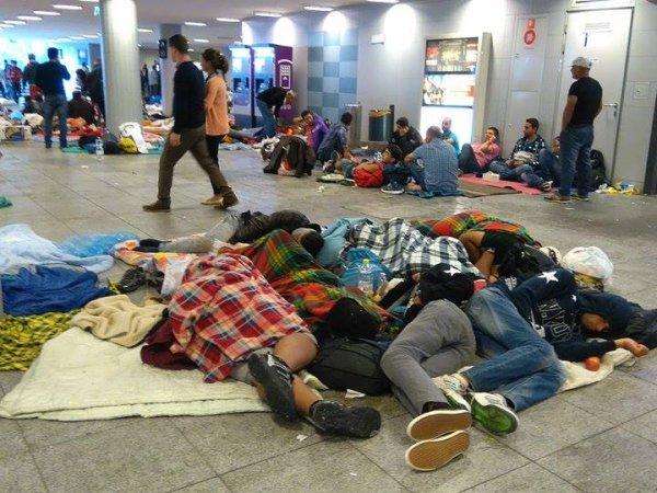 """""""Na dworcu Keleti tłumy. Nagle na peron wbiega ok. 300-osobowa grupa..."""" [JESTEM NA MIEJSCU]"""