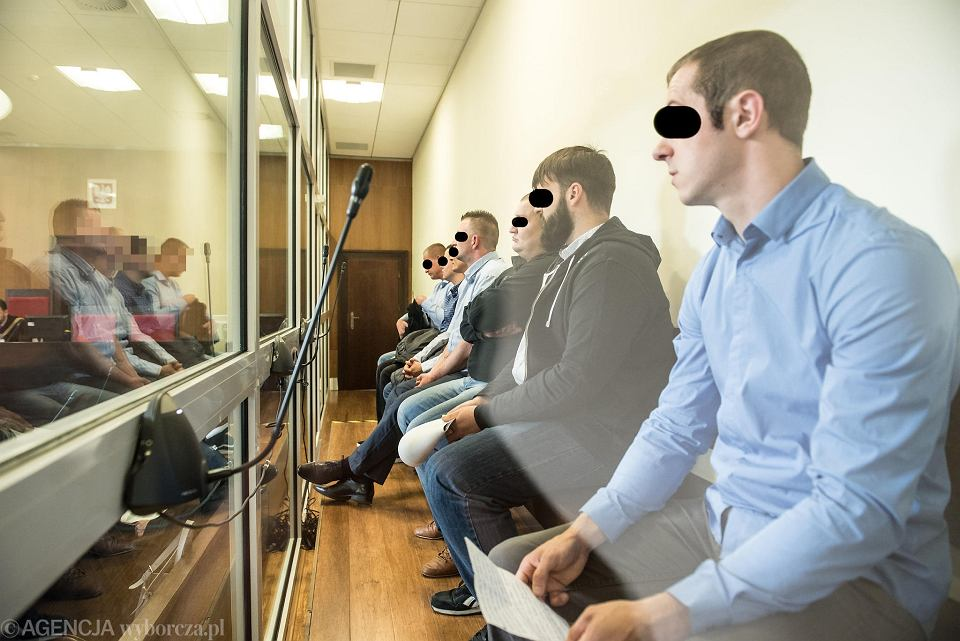 Siedmiu mężczyzn zasiadło na ławie oskarżonych w procesie o kradzieże z Amazona w Bielanach Wrocławskich
