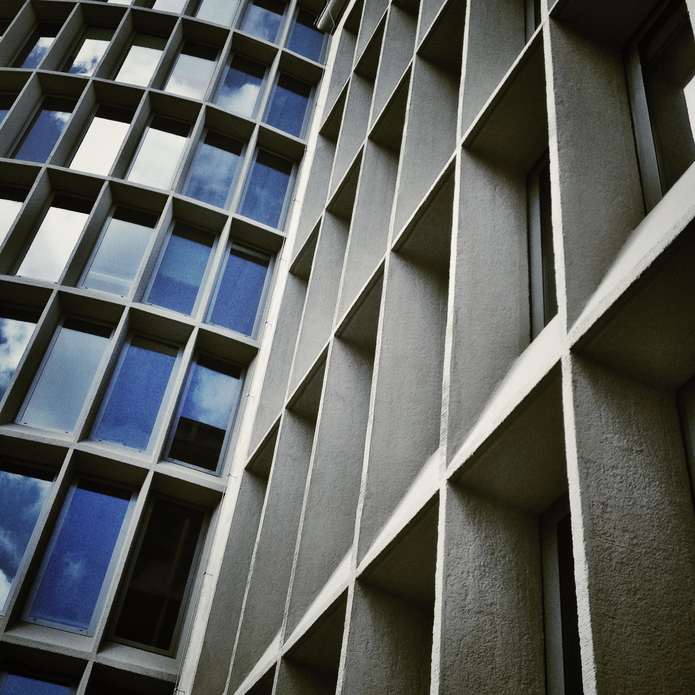 Okrąglak z domu handlowego stał się biurowcem (fot. Filip Springer)