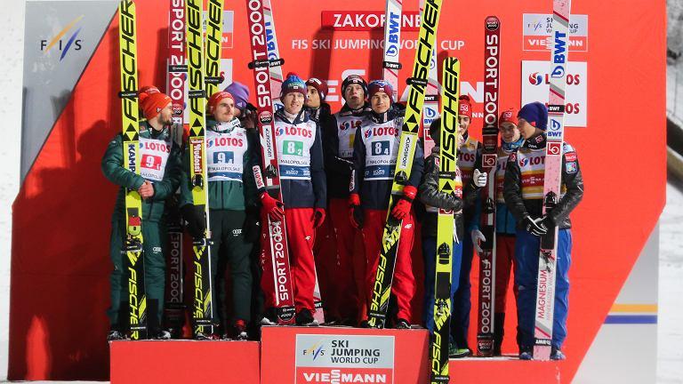 Maciej Kot, Dawid Kubacki, Kamil Stoch i Stefan Hula na podium - zwycięzcy konkursu drużynowego. Puchar Świata w Zakopanem, 27 stycznia 2018