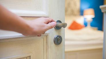 Nie zamykasz drzwi od sypialni na noc? To błąd, który może kosztować nawet życie