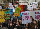"""Mocne transparenty na proteście przeciwko zakazowi aborcji. """"Pani premier! A to jest moja broszka"""""""