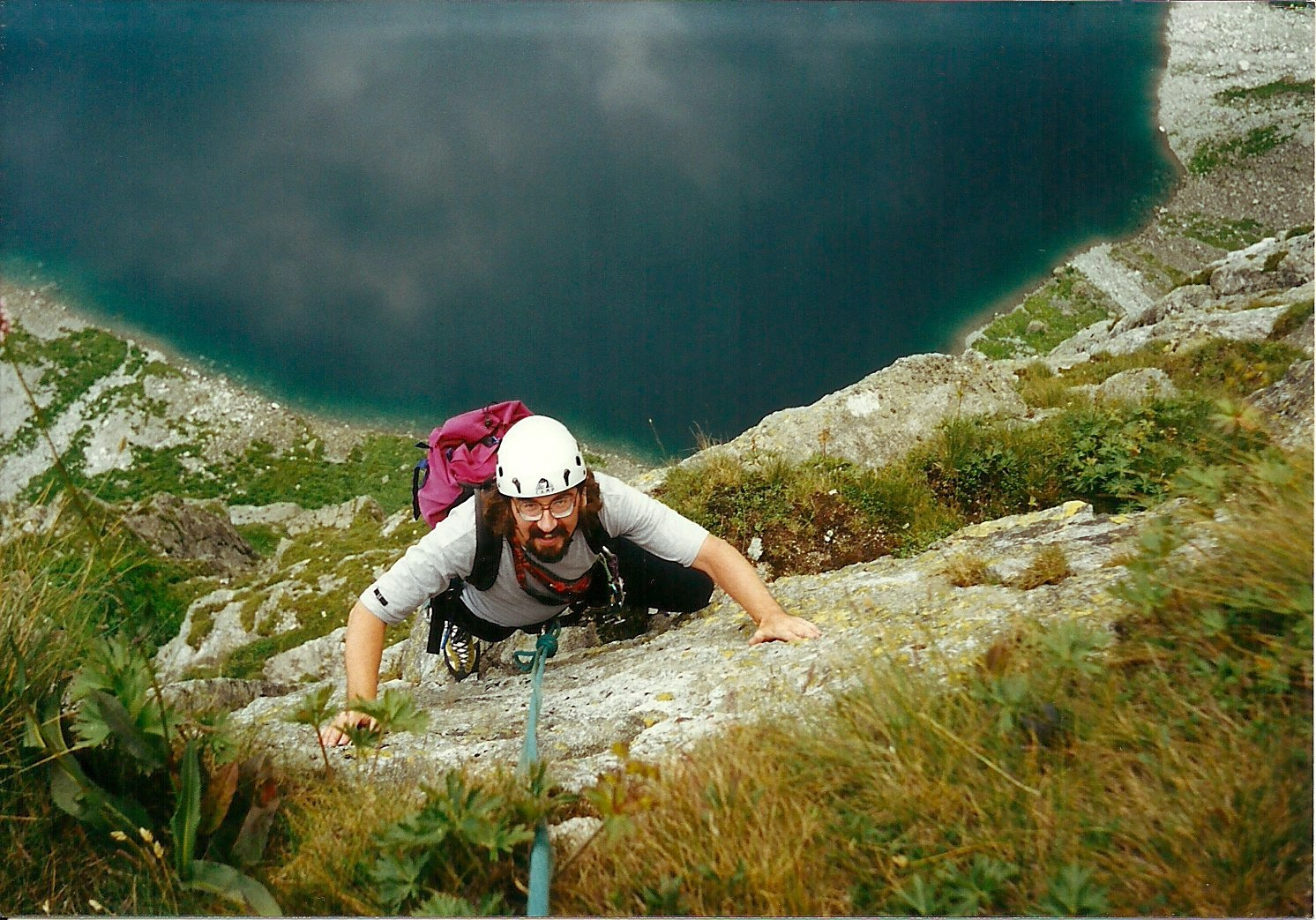 """Na drodze """"Schody do nieba"""" na Kazalnicy Mięguszowieckiej w Tatrach w 2002 roku, na drugim planie, w dole, tafla Czarnego Stawu (fot. Jan Hobrzański)"""