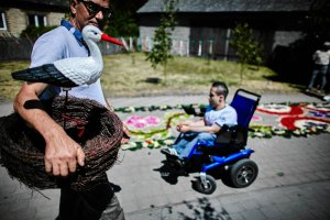 Bo�e Cia�o. Kilometrowy dywan z kwiat�w w Spycimierzu