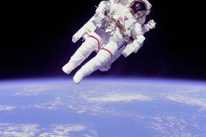 Bruce McCandless w przestrzeni bez połączenia ze statkiem