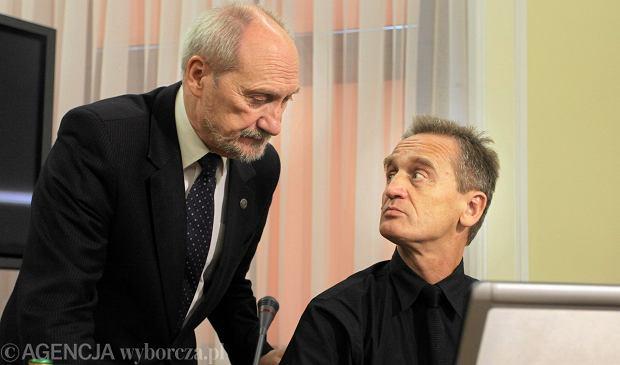 Antoni Macierewicz i prof. Chris Cieszewski w Sejmie podczas konferencji w sprawie katastrofy smoleńskiej