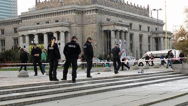 Samospalenie w Stolicy. Starszy mężczyzna rozrzucił list wydrukowany w kilkudziesięciu egzemplarzach i podpalił się na Placu Defilad pod Pałacem Kultury i Nauki. Warszawa, 19 października 2017