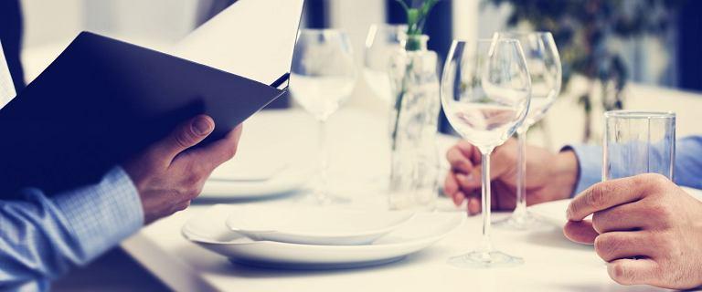 Mówienie ''smacznego'' to gafa, ale co mówić w zamian? Ekspertka wyjaśnia