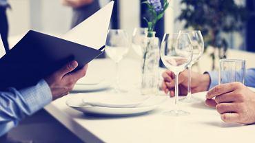 Mówienie 'smacznego' to gafa, ale co mówić w zamian? Ekspertka wyjaśnia