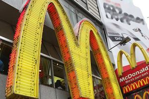b563357784 15 maja. Pierwszy McDonald s. Hamburgera dostawało się po 15 sekundach   KALENDARIUM