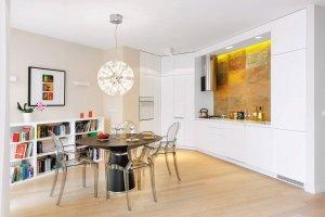 Jadalnia wydzielona w salonie: czytelny podział