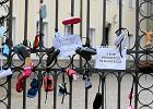 Dziecięce buciki przewiązane czarną wstążką jako symboliczny protest przeciwko ukrywaniu pedofilii w kościele. Dom Arcybiskupów Warszawskich, ul Miodowa, 26 sierpnia 2018